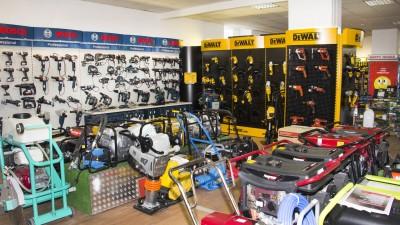 Stand scule și utilaje pentru construcții în showroom Metatools