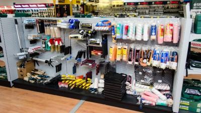 Stand accesorii bricolaj în showroom Metatools