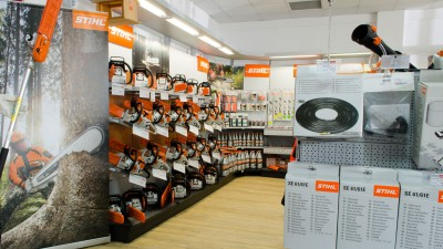 Stand motounelte STIHL în showroom Metatools